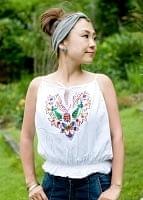 カラフル刺繍の白いキャミソール