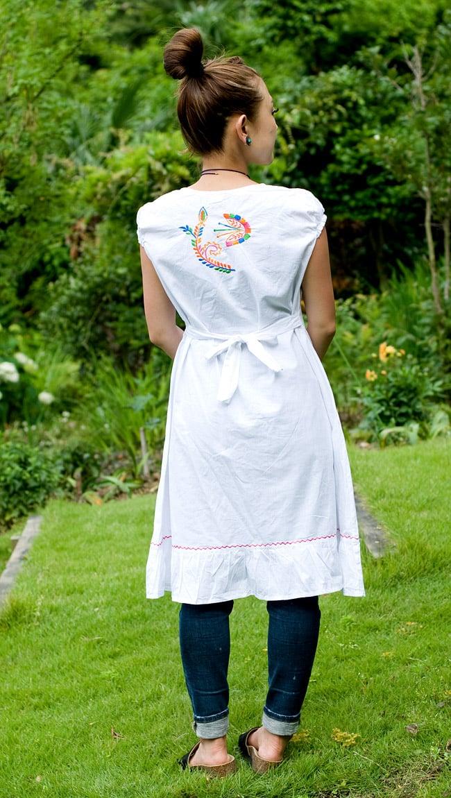 カラフル刺繍の白クルティの写真3 - 後ろ姿はシンプルです。