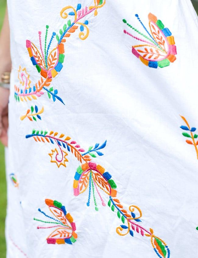 カラフル刺繍の白クルティの写真5 - 裾部分の刺繍も素敵です。