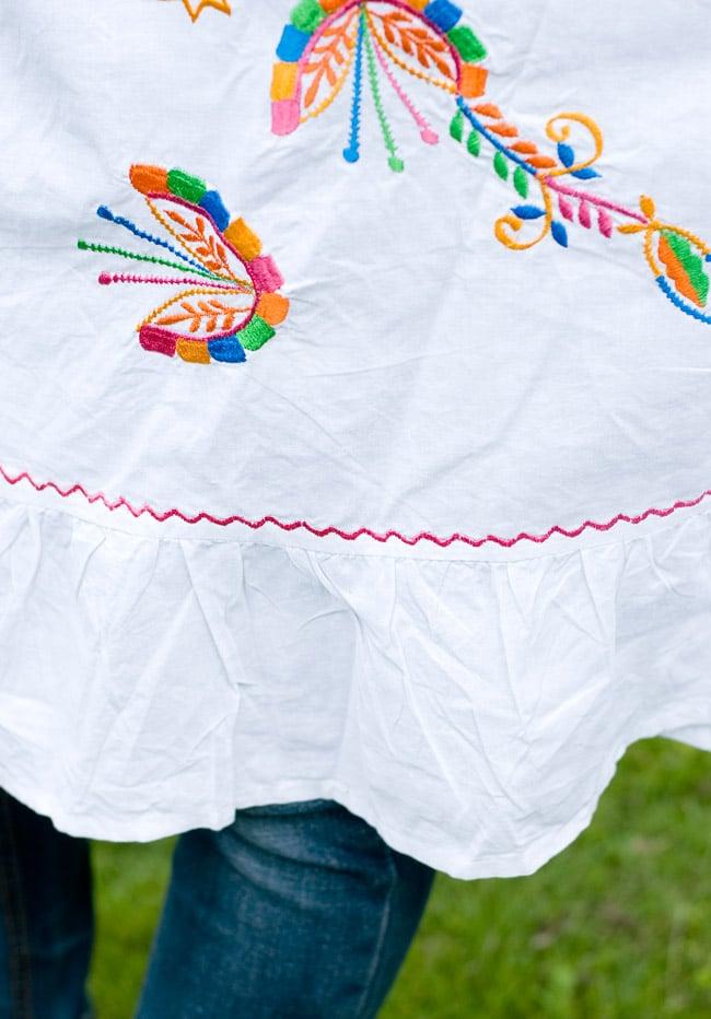 カラフル刺繍の白クルティの写真6 - 裾部分の刺繍も素敵です。