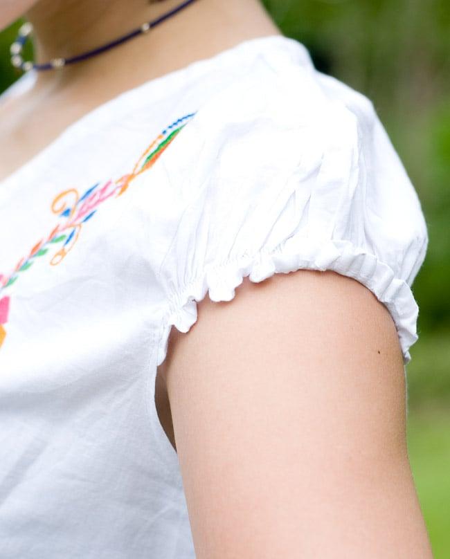カラフル刺繍の白クルティの写真7 - 袖口のアップです。