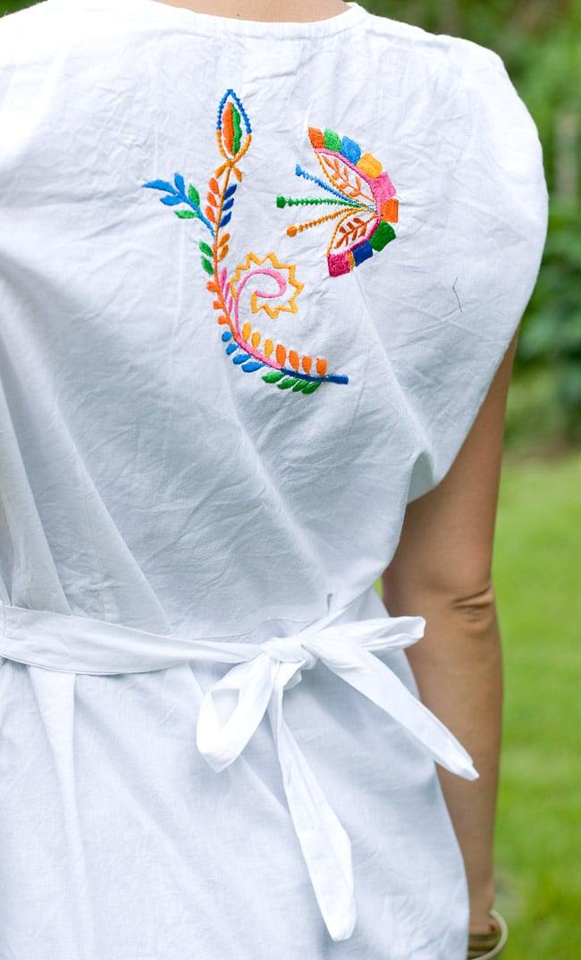 カラフル刺繍の白クルティの写真8 - 背中部分は紐で結ぶデザインです。