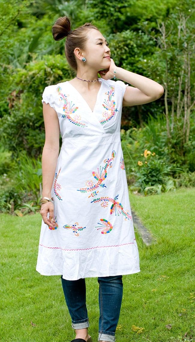 カラフル刺繍の白クルティの写真