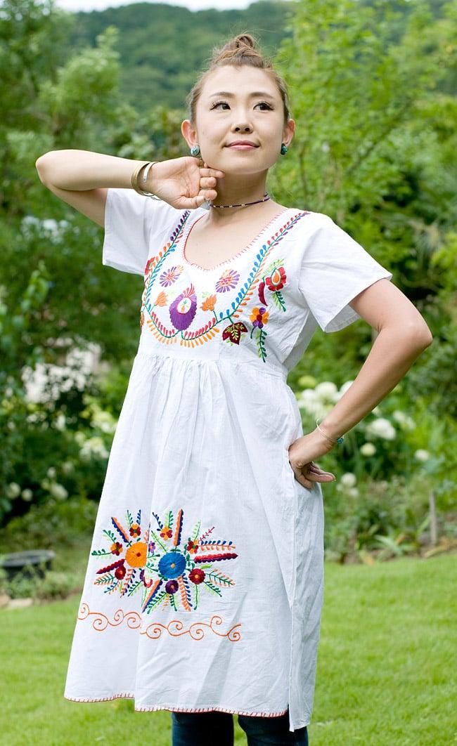 カラフル刺繍の白クルティの写真2 - カラフルな刺繍がとてもキュートです!