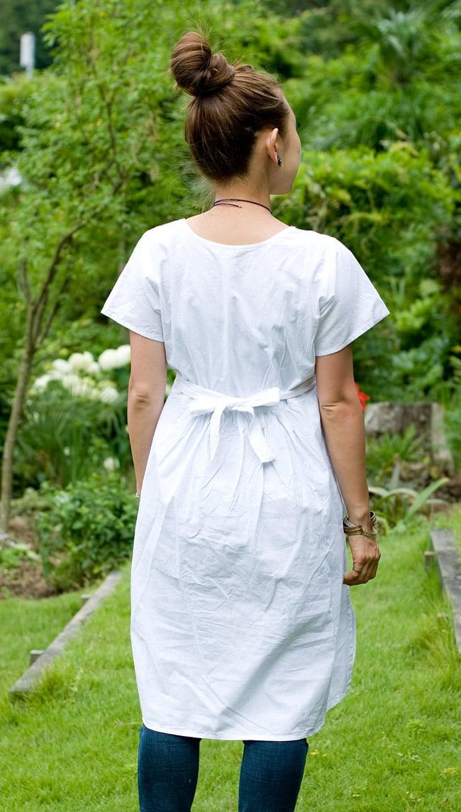 カラフル刺繍の白クルティの写真4 - 後ろ姿はシンプルです。
