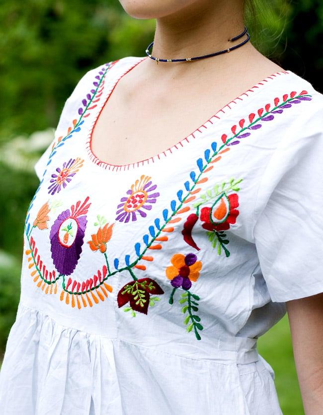 カラフル刺繍の白クルティの写真5 - 胸元の刺繍をアップにしてみました。お届けする商品のお色味は写真と異なる場合もございます。
