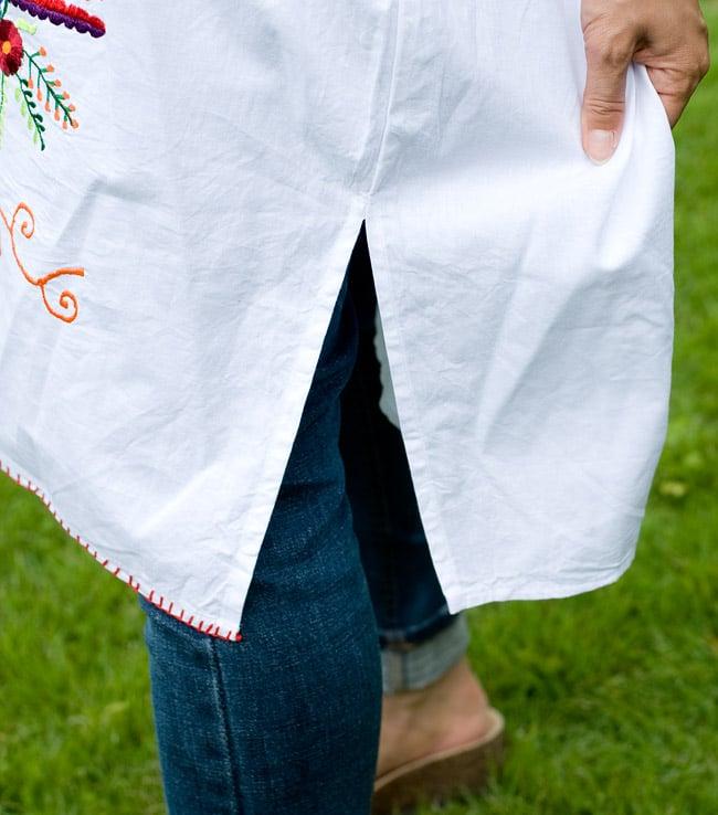 カラフル刺繍の白クルティの写真7 - スリットが入っているので、足さばきもよく着やすいです。