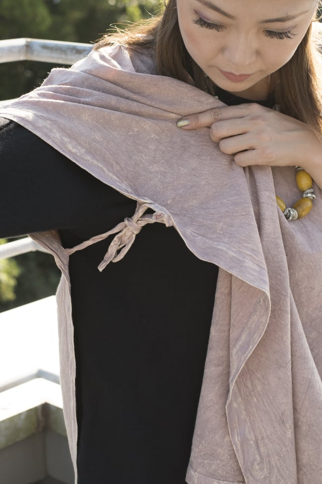 ストーンウォッシュの半袖プルオーバーシャツ 【ピンクベージュ】 5 - 両脇を紐で結んで留めます。