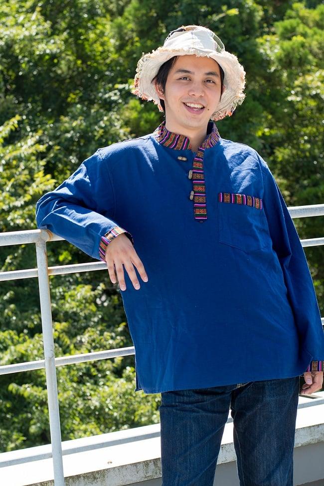 ブータン織 コットンクルタ 10 - 選択E:ブルー170cmの男性モデルが着てみました。