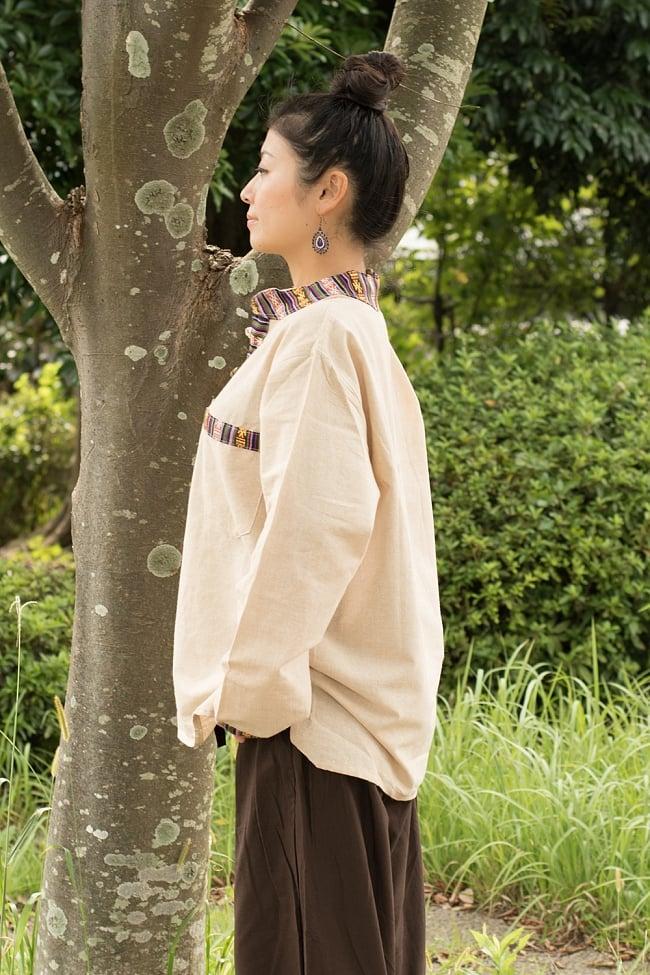 ブータン織 コットンクルタ 2 - 横姿の様子です。