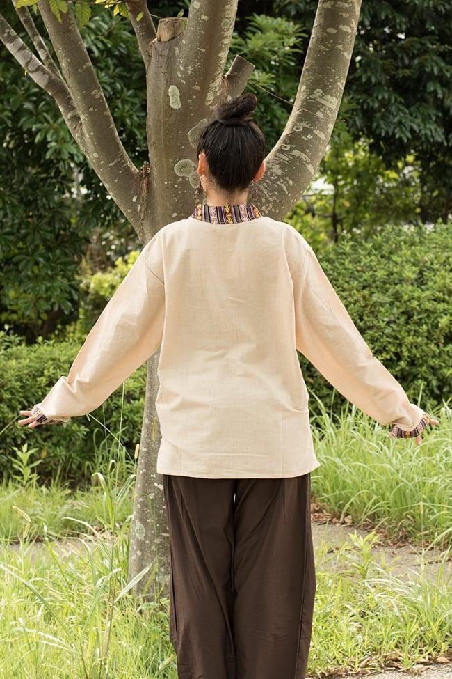 ブータン織 コットンクルタ 3 - 後ろ姿はシンプルです。