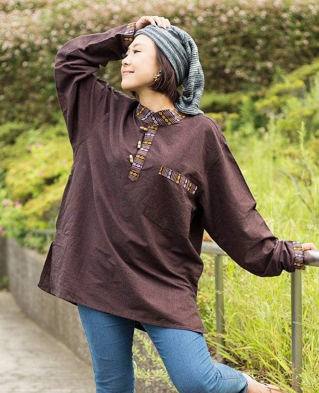 ブータン織 コットンクルタ 8 - 選択D:ブラウン。身長152cmのモデルさんの着用例です。