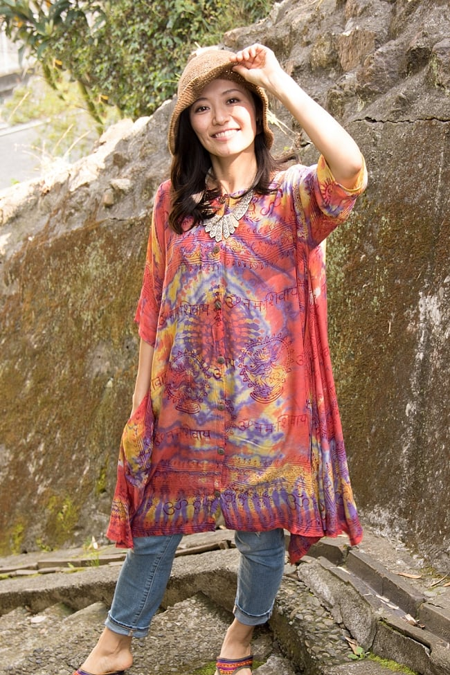 ラムナミタイダイロングシャツ 2 - 選択A:赤・紫系 身長165cmのモデルさんの着用例です。