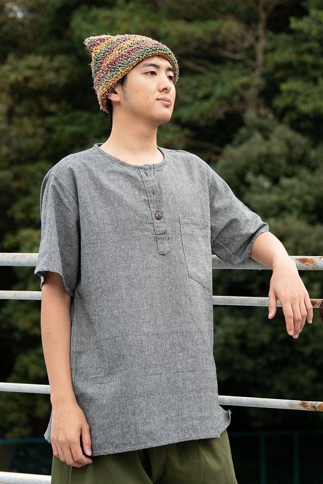 半袖シンプルコットンシャツ - グレー 2 - 身長172cmのモデルが着てみました。ユニセックスでお楽しみいただけます。