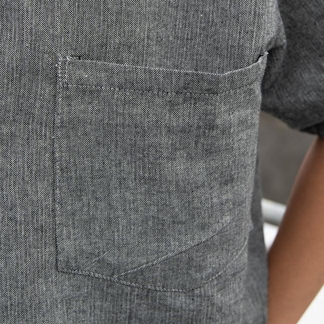 半袖シンプルコットンシャツ - グレー 6 - 胸ポケットがついています。