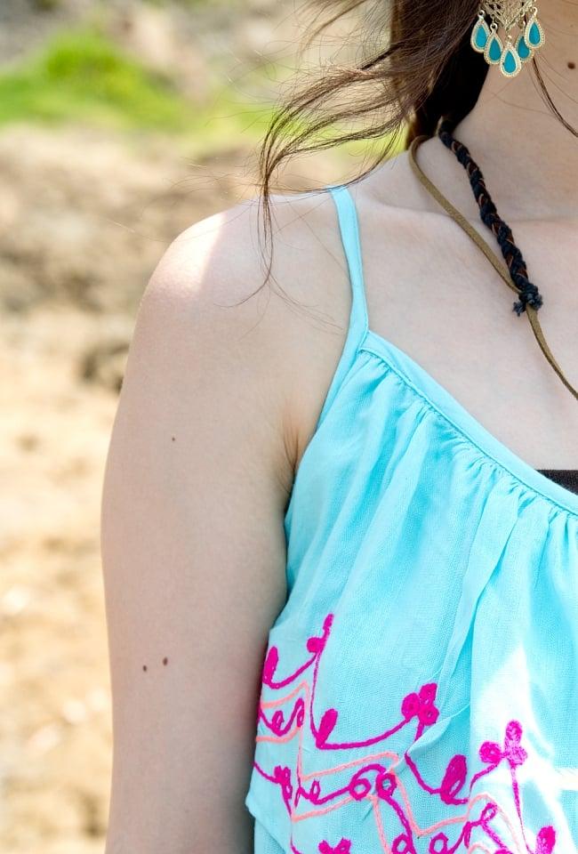刺繍とタッセルのレイヤードキャミソール 5 - 肩紐も細くて華奢な印象を与えてくれます。