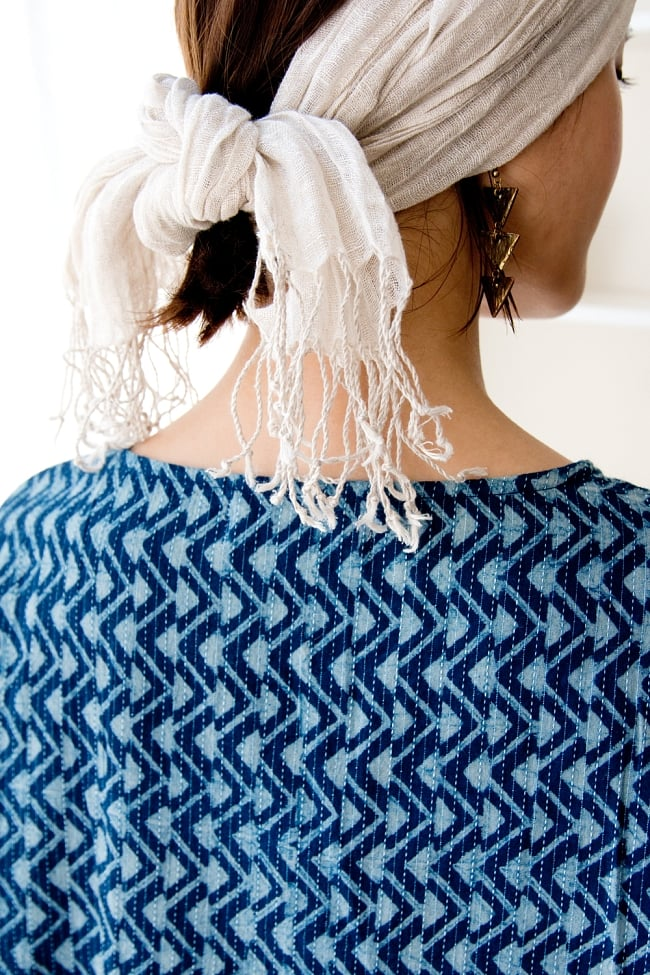 カンタ刺繍の藍染コットンシャツ 10 - 首周りは後ろ姿もシンプルです。