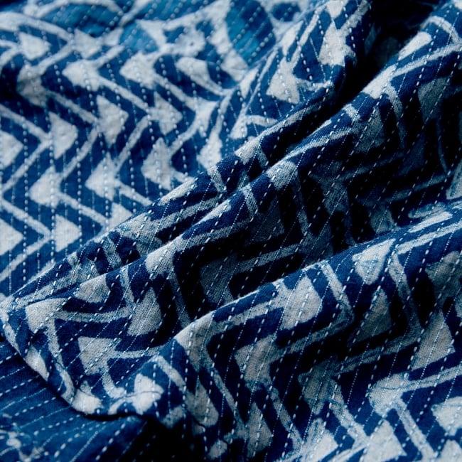 カンタ刺繍の藍染コットンシャツ 11 - 柔らかいコットン生地で年間を通してお楽しみいただけます。