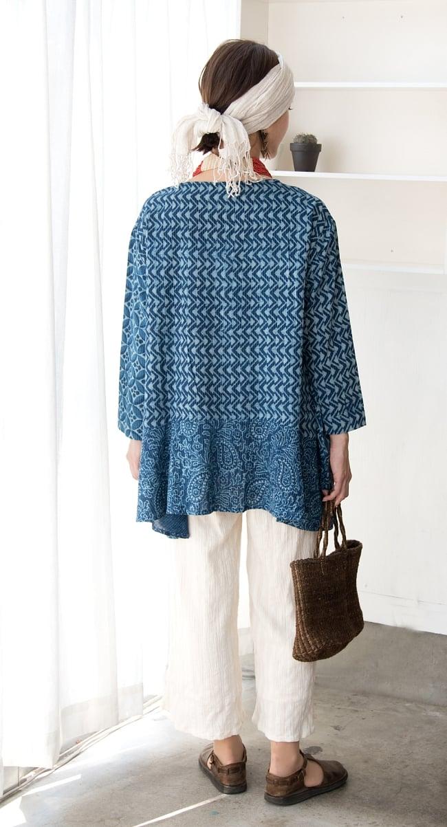 カンタ刺繍の藍染コットンシャツ 4 - 後ろ姿です。お尻が隠れる長さも着やすいですね。