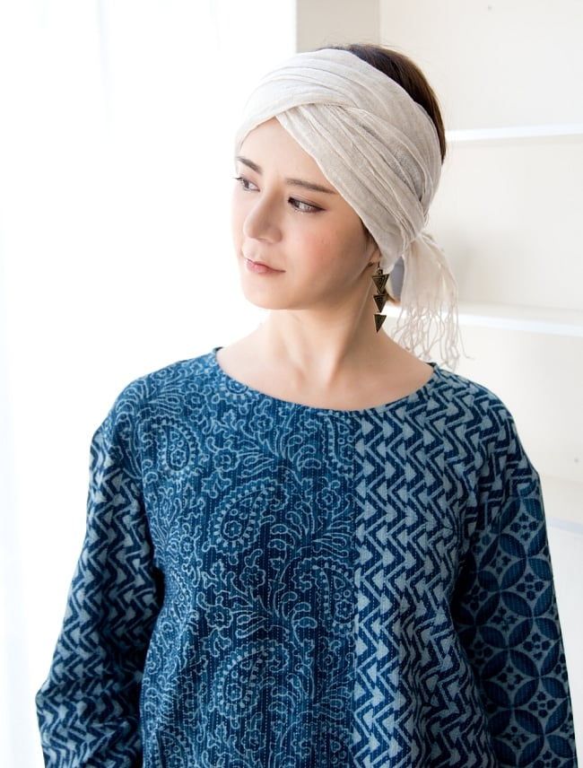 カンタ刺繍の藍染コットンシャツ 5 - 首周りはシンプルにスッキリしたデザインです。
