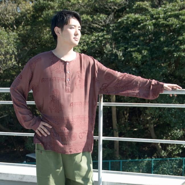 ラムナミクルタシャツ 嬉しいユニセックスデザイン 6 - 身長172cmの男性モデルが着用してみました。袖は男性でもちょっと長めの仕様です。