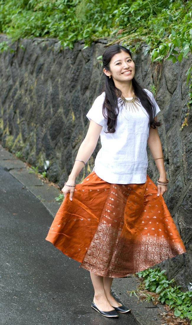 光沢布の刺繍巻きスカート 3 - C:オレンジ系:身長165cmのスタッフが着ています。