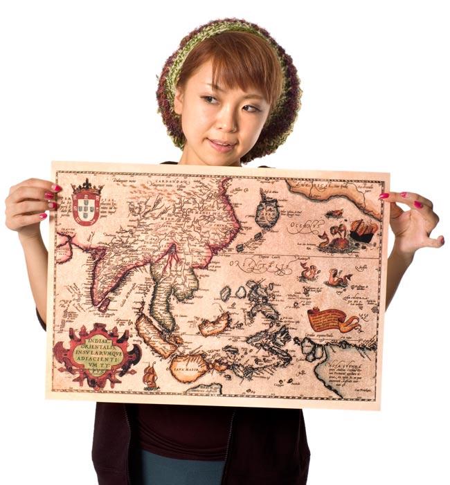 【16世紀】アンティーク地図ポスター[INDIAE ORIENTALIS]【南アジア・東アジア・東南アジア周辺】の写真2 - 大きさを感じていただくため、身長150cmモデルさんに持ってもらいました。