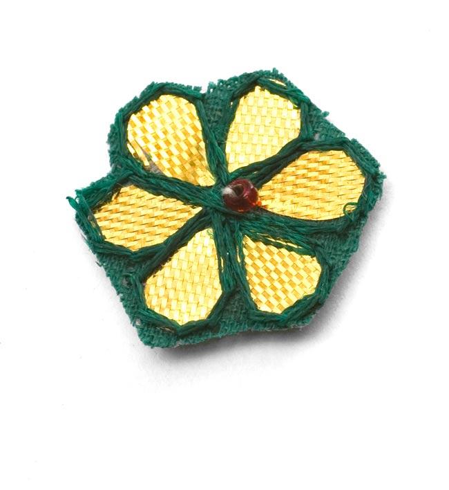 インドの刺繍アップリケ 花 5個セット 【緑×金】の写真2 - アップにしてみました。