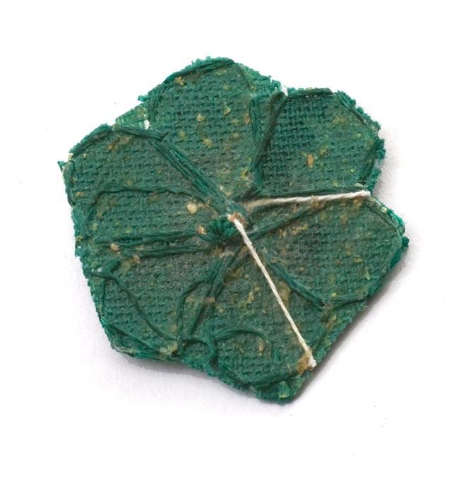 インドの刺繍アップリケ 花 5個セット 【緑×金】の写真3 - 裏はこんな感じです。また、写真とは異なる裏面の場合もございます。予めご了承くださいませ。