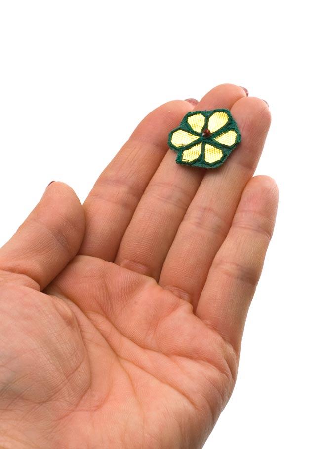 インドの刺繍アップリケ 花 5個セット 【緑×金】の写真4 - 手に持ってみました。大きさが分かりますね。