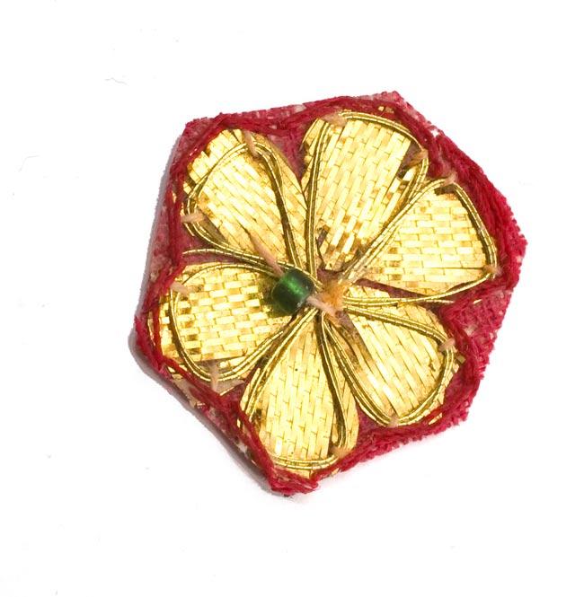 インドの刺繍アップリケ 花 5個セット 【赤×金】 の写真2 - アップにしてみました。