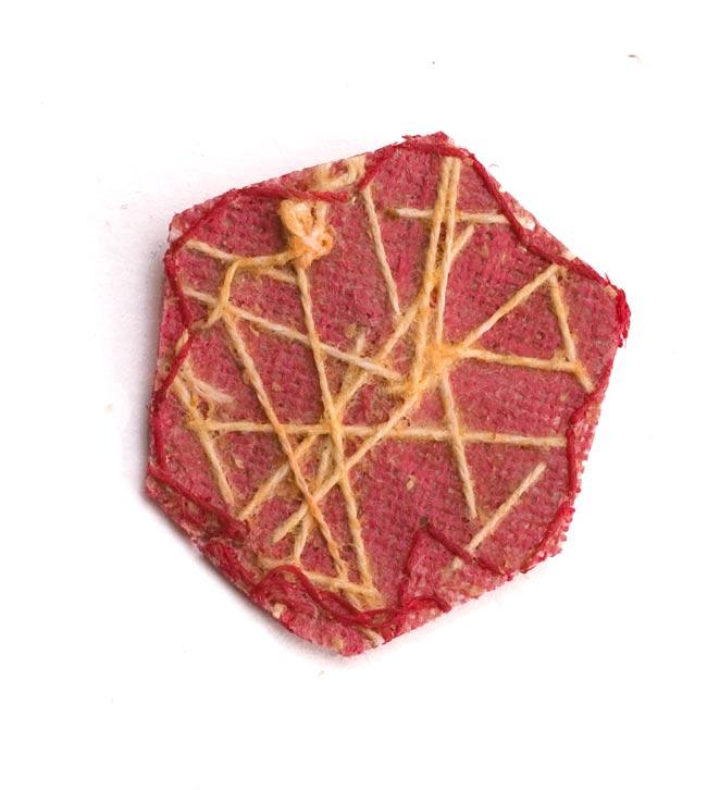 インドの刺繍アップリケ 花 5個セット 【赤×金】 の写真3 - 裏はこんな感じです。また、写真とは異なる裏面の場合もございます。予めご了承くださいませ。