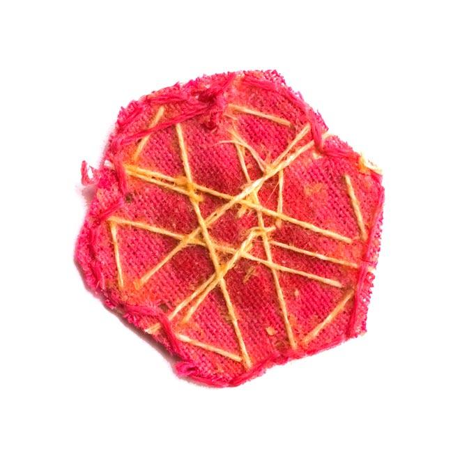 インドの刺繍アップリケ 花 5個セット 【桃×金】の写真3 - 裏はこんな感じです。また、写真とは異なる裏面の場合もございます。予めご了承くださいませ。