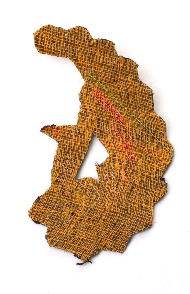 インドの刺繍アップリケ 孔雀 3個セット 【黒】の写真3 - 裏はこんな感じです。また、写真とは異なる裏面の場合もございます。予めご了承くださいませ。