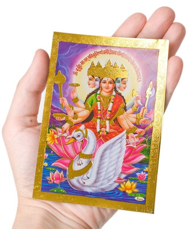 金の神様ポストカード-ラクシュミ・ガネーシャ・サラスヴァティ 4 - 手に持つとこのようなサイズです(同じサイズの商品です)