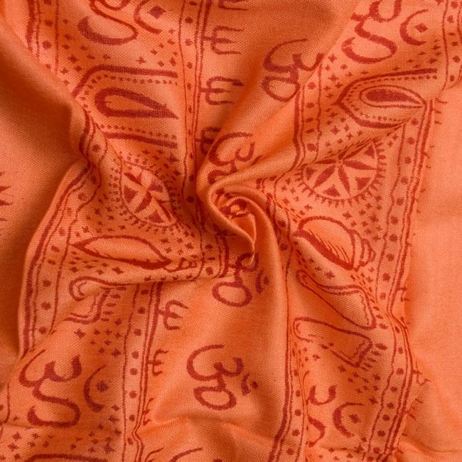 [190cm×100cm]カーリーとシヴァ神 - オレンジの写真5 - くしゅくしゅっとしてみました。柔らかな感触が魅力的です。