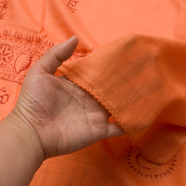 (190cm×100cm)カーリーとシヴァ神 - オレンジ 6 - 手に持ってみました。