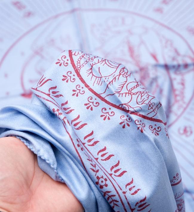 (190cm×90cm)高品質大ラムナミ - ブルー 4 - 質感を感じて頂く為、手に持って撮影したところです。