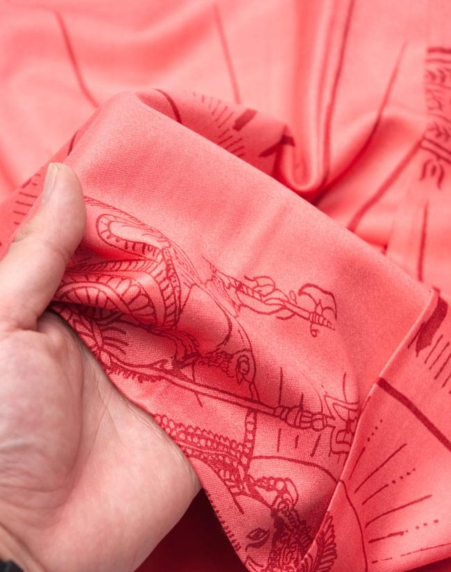 [190cm×90cm]高品質大ラムナミ - サーモンの写真4 - 質感を感じて頂く為、手に持って撮影したところです。