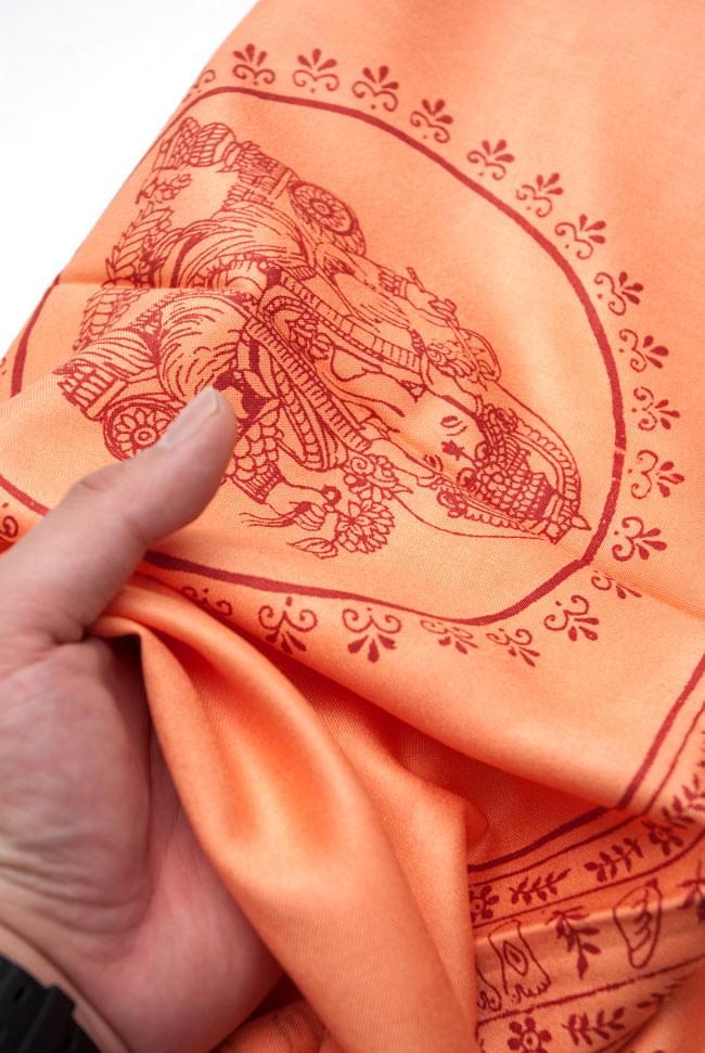 [190cm×90cm]高品質大ラムナミ - オレンジの写真4 - 質感を感じて頂く為、手に持って撮影したところです。