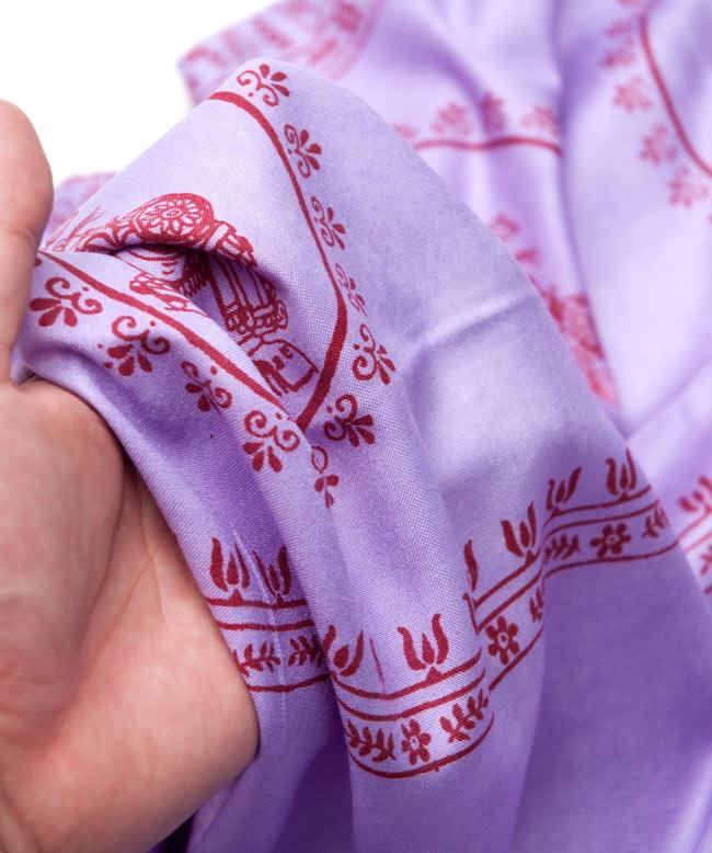 [190cm×90cm]高品質大ラムナミ - ムラサキの写真4 - 質感を感じて頂く為、手に持って撮影したところです。