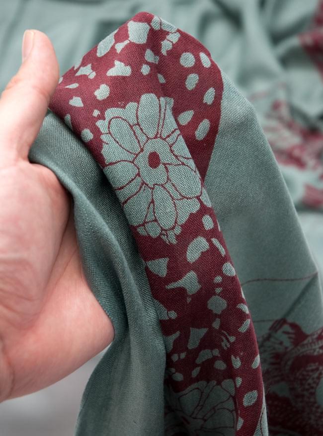 [190cm×100cm]シヴァ神と花柄の大ラムナミ - グリーンの写真4 - 質感を感じて頂く為、手に持って撮影したところです。