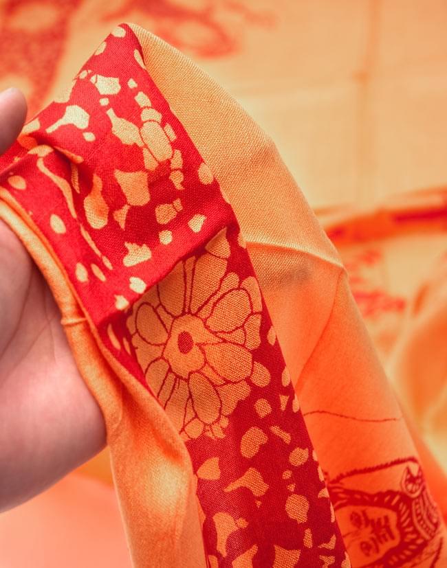 [190cm×100cm]シヴァ神と花柄の大ラムナミ - オレンジの写真4 - 質感を感じて頂く為、手に持って撮影したところです。