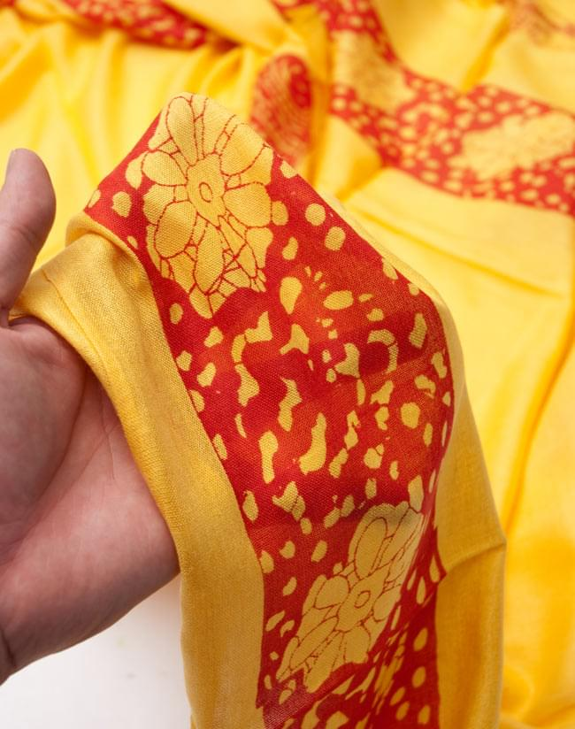 [190cm×100cm]シヴァ神と花柄の大ラムナミ - イエローの写真4 - 質感を感じて頂く為、手に持って撮影したところです。