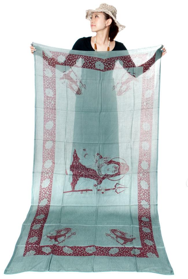 [190cm×100cm]シヴァ神と花柄の大ラムナミ - レッドの写真6 - 同じ種類の商品をモデルさんが持ってみました。