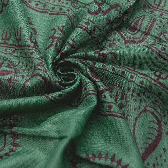 [190cm×100cm]トラに乗ったドゥルガー - グリーンの写真5 - くしゅくしゅっとしてみました。柔らかな感触が魅力的です。