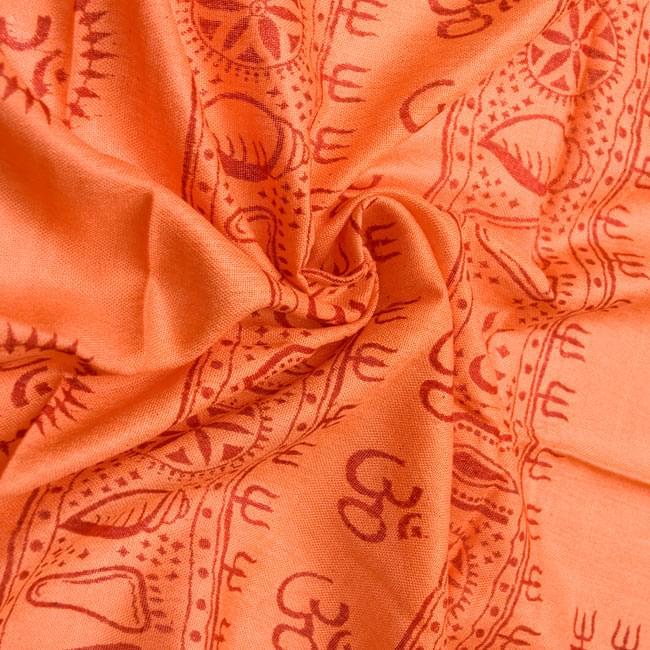 [190cm×100cm]トラに乗ったドゥルガー - オレンジの写真5 - くしゅくしゅっとしてみました。柔らかな感触が魅力的です。