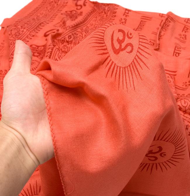 [190cm×100cm]オーンとサンスクリット文字の大ラムナミ - 濃オレンジの写真5 - ふんわり気持ちい、肌触りの良い生地です。