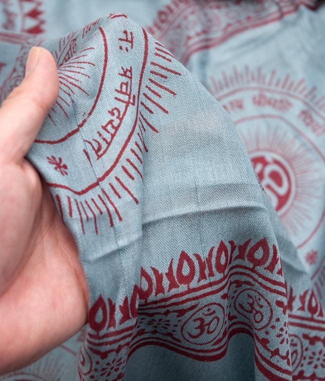 [190cm×100cm]オーンの大ラムナミ - グレーの写真4 - 質感を感じて頂く為、手に持って撮影したところです。