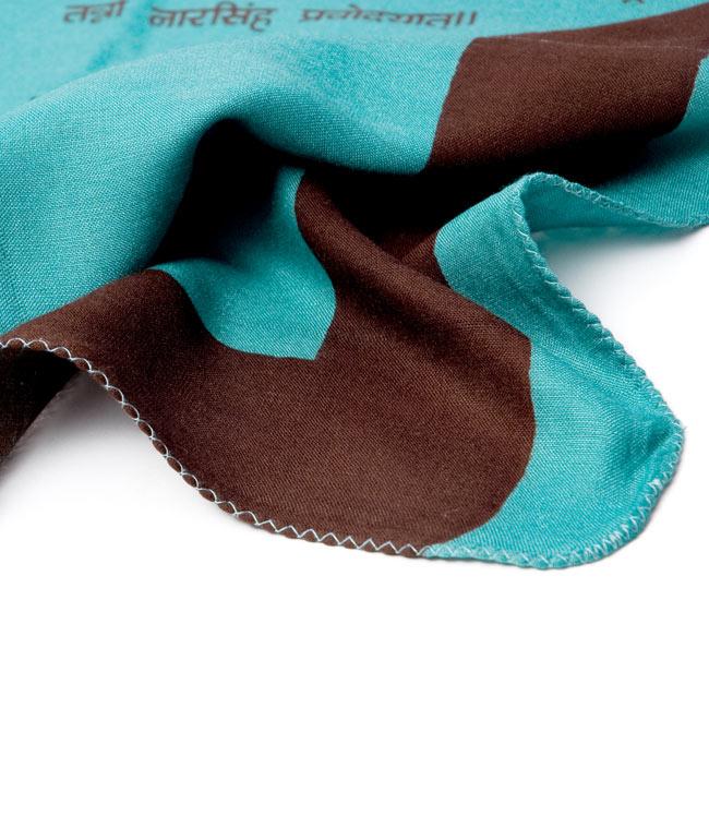 ナザールボンジュウ柄のスクエアスカーフ -緑系の写真5 - 端を撮影しました。柔らかいビスコース素材です。